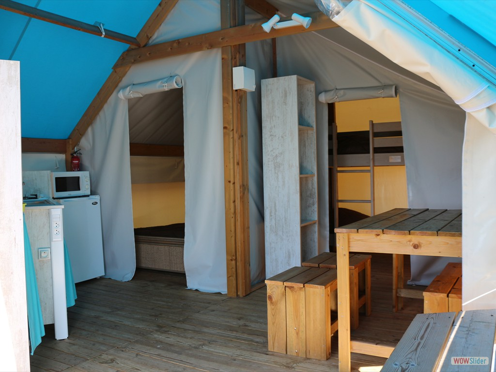 tente-lodge-safari-turquoise-interieur-camping-insolite-vendee